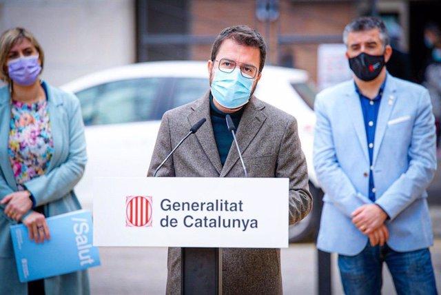 El vicepresident de la Generalitat en funcions, Pere Aragonès, en roda de premsa des de l'Hospital Josep Trueta de Girona al costat de la consellera de Salut, Alba Vergés