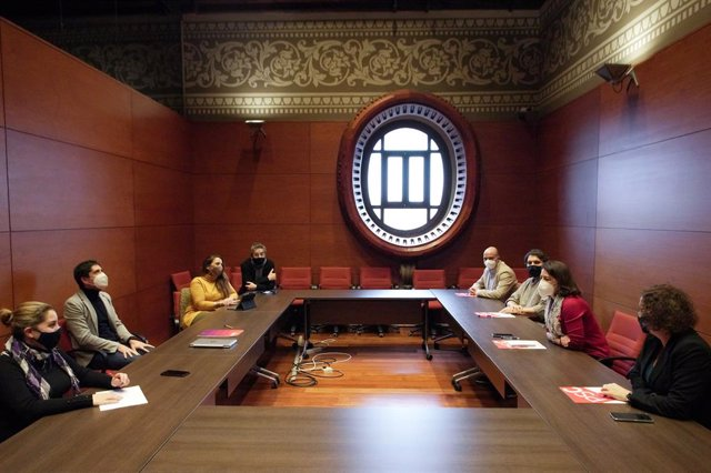 Representants dels comuns i del PSC es reuneixen al Parlament per abordar la investidura i la formació de govern després del 14-F.