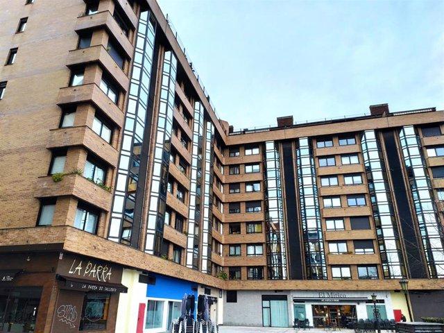 Pisos en Oviedo. Recursos de compraventa y alquiler de viviendas de segunda mano en la Plaza Ángel González.