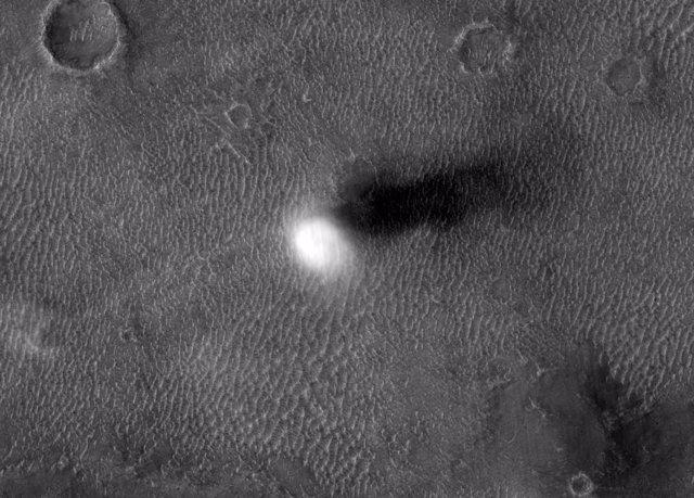 Un demonio de polvo en la superficie de Marte