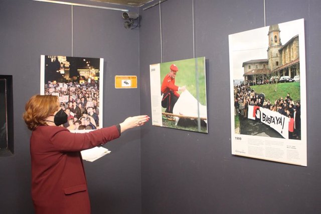 Cristina Cuesta explica algunas de las imágenes de 'La voz de las manos blancas'.