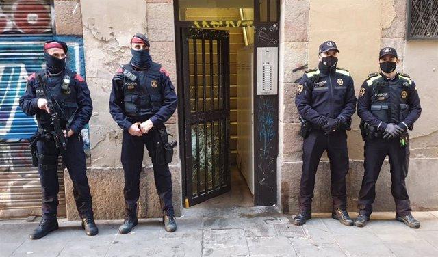 Desmantellat un punt de venda de droga al barri del Raval de Barcelona
