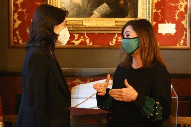 La presidenta del Senado, Pilar Llop (i), recibe a la presidenta del Govern, Francina Armengol, en los Despachos de Honor, Madrid, (España), a 19 de febrero de 2021. La de este viernes será la segunda jornada del viaje de Armengol Madrid, después de que e