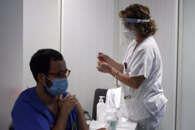 Archivo - Baleares prepara una lógística para poder vacunar a 80.000 personas a la semana y llegar al 70% en junio.