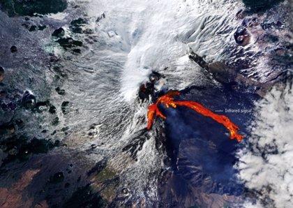 Ríos de lava del volcán Etna se hacen visibles desde el espacio