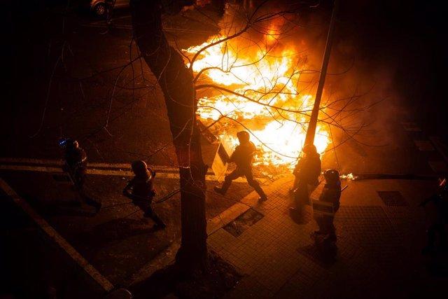 Manifestantes queman contenedores durante una manifestación contra el encarcelamiento del rapero y poeta Pablo Hasel en Barcelona (España), a 18 de febrero de 2021. El rapero Pablo Hasel ingresó la mañana del martes pasado en el centro penitenciario de Po