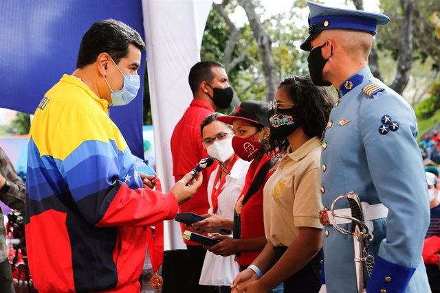 HANDOUT - 12 February 2021, Venezuela, Caracas: Nicolas Maduro (L), president of Venezuela, speaks with young people during an event to mark the Youth Day at the Miraflores presidential palace. Photo: Jhonander Gamarra/Prensa Miraflores/dpa - ACHTUNG: Nur
