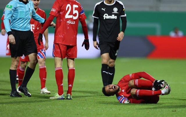 Archivo - Corentin Tolisso cae lesionado con el Bayern
