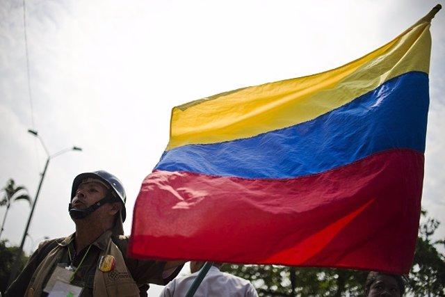 Archivo - Un soldado con una bandera de Colombia.