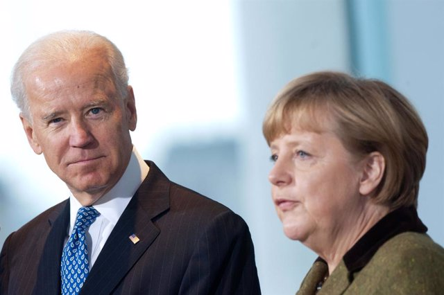 Archivo - FILED - 01 February 2013, Berlin: Chancellor Angela Merkel (R) receives the then US Vice President Joe Biden in the Chancellor's Office. USPresident Joe Biden alongside German Chancellor Angela Merkel will participate in a G7 video conference a