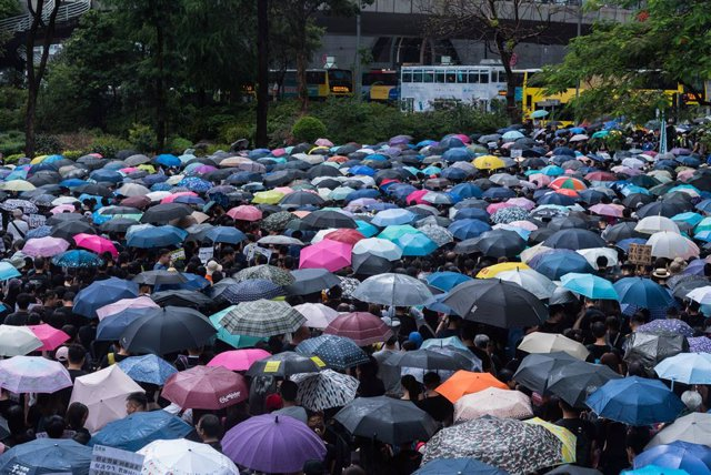 Archivo - 17 August 2019, China, Hong Kong: People march with umbrellas during a protest against a legislation that put citizens at risk of extradition to China. Photo: Aidan Marzo/SOPA Images via ZUMA Wire/dpa