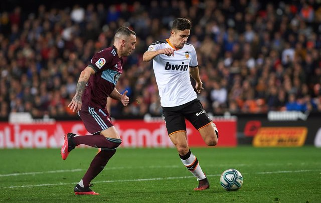 Archivo - Iago Aspas of Rc Celta de Vigo and Gabriel Paulista of Valencia in action during the La Liga Santander match between Valencia CF v Real Club Celta de Vigo at Mestalla Stadium on February 1, 2020 in Valencia, Spain