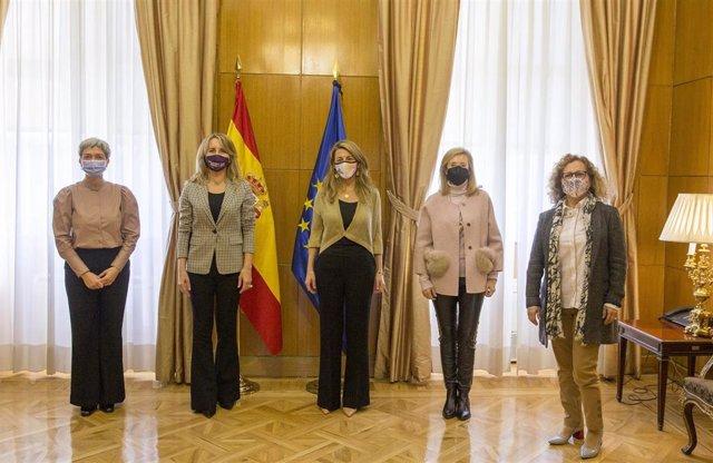 La presidenta de FEDEPE, Ana Bujaldón, acompañada por Carmen Sarmiento y Elsa González, miembros de la Junta Directiva de la Federación Española de Mujeres Directivas, Ejecutivas y Empresarias (FEDEPE), se reúnen con Yolanda Díaz, ministra de Trabajo