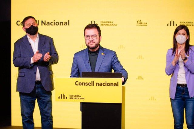El candidat d'ERC a la Presidència de la Generalitat, Pere Aragonès, acompanyat del líder del partit, Oriol Junqueras, i la secretària general adjunta i portaveu, Marta Vilalta.
