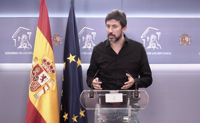 El diputado de Galicia en Común, Antón Gómez-Reino, responde a los medios en una rueda de prensa de la Junta de Portavoces convocada en el Congreso de los Diputados, en Madrid, (España), a 2 de febrero de 2021.