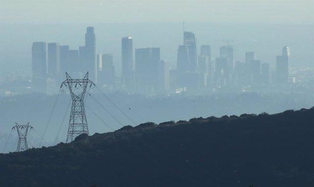 Archivo - Nube de contaminación en Pasadena, California