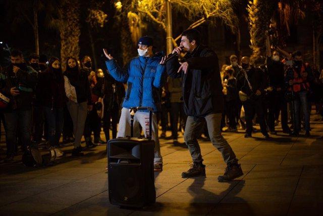 Actuació musical a l'inici de la concentració en suport al raper Pablo Hasel el divendres 19 de febrer a la plaça Universitat de Barcelona.