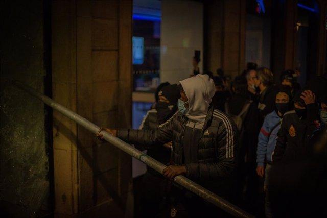 Manifestants a Barcelona en el quart dia de protestes per l'empresonament del raper Pablo Hasel, a 19 de febrer de 2021