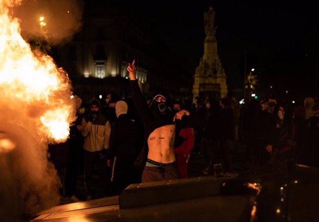 Un joven violento en una barricada tras la manifestación contra el encarcelamiento del rapero y poeta Pablo Hasel, en Barcelona, Catalunya (España), a 19 de febrero de 2021. El rapero Pablo Hasel ingresó la mañana del 16 de febrero  en el centro penitenci