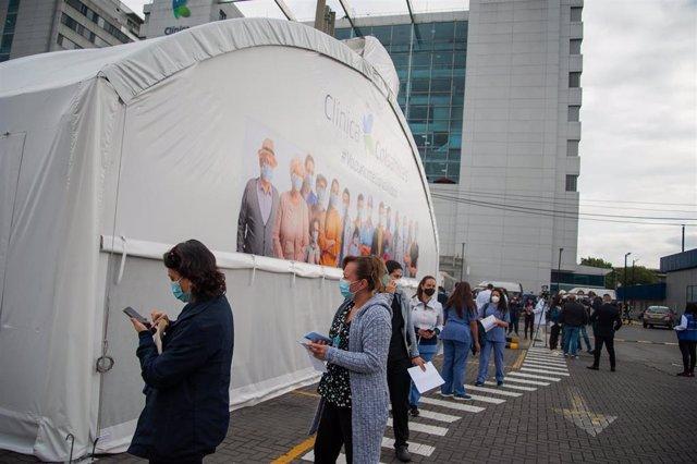 Sanitarios esperan para recibir la vacuna contra la COVID-19.