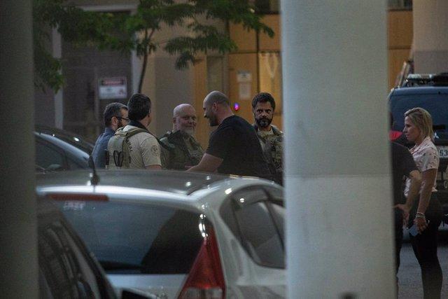 Diputado Daniel Silveira con la policía en el centro de Río de Janeiro.