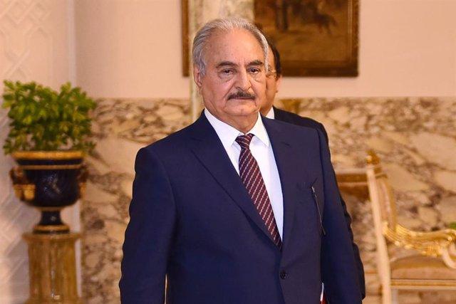 Archivo - El mariscal de campo Jalifa Haftar, que lidera las fuerzas leales a las autoridades asentadas en el este de Libia