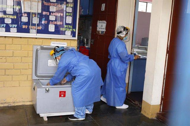 Sanitarios preparan dosis para vacunar contra la COVID-19.