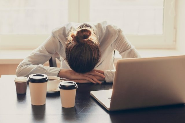 Archivo - Tired woman in the office