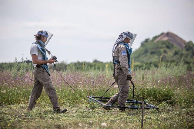 Archivo - Limpieza de restos de explosivos en el este de Ucrania