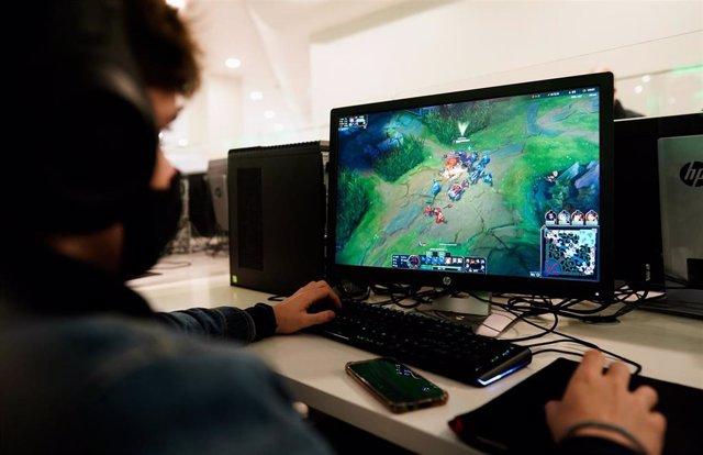 Un niño jugando a un videojuego