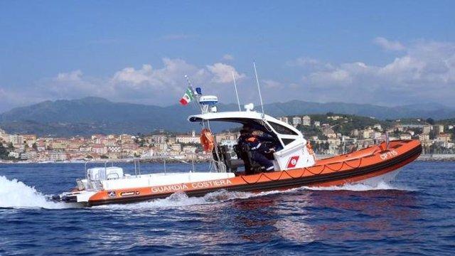 Archivo - Buques italianos han rescatado a casi 978 inmigrantes que intentaban cruzar el Mediterráneo en lanchas neumáticas, según ha informado la Guardia Costera italiana, que advierte que las operaciones aún continúan activas. En total, en lo que va de
