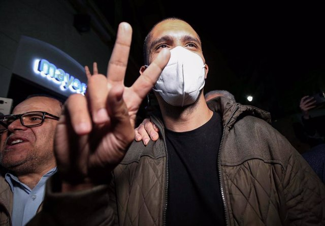 19 February 2021, Algeria, Algiers: Algerian journalist Khaled Drareni flashes the victory sign as he arrives at his home, following his release from the Kolea prison. Algeria released more than 30 activists from jail under presidential pardons issued ahe
