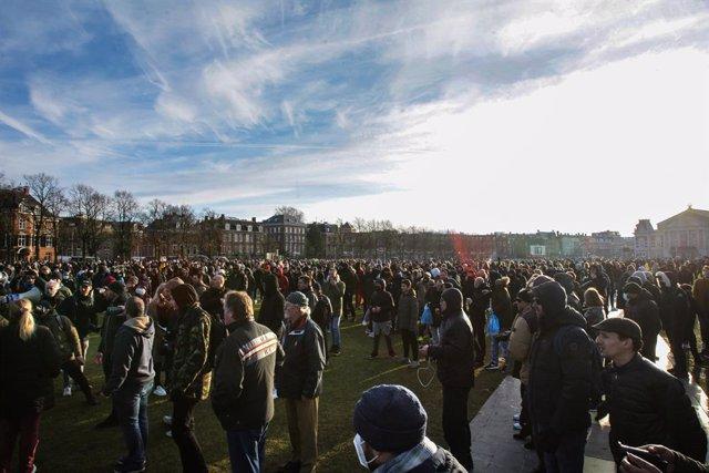 31 January 2021, Netherlands, Amsterdam: Protestors gather at Amsterdam's Museumplein to protest against the Coronavirus lockdown. Photo: Paulo Amorim/VW Pics via ZUMA Wire/dpa