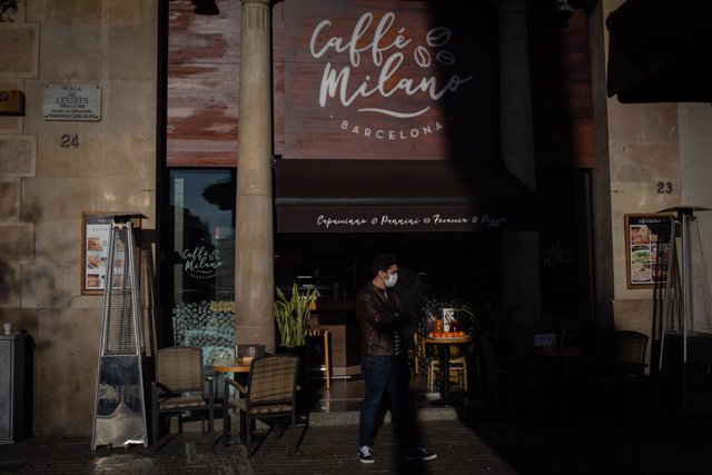 Archivo - Arxivo - Un home en l'exterior d'un bar de Barcelona, Catalunya (Espanya), a 21 de desembre de 2020.