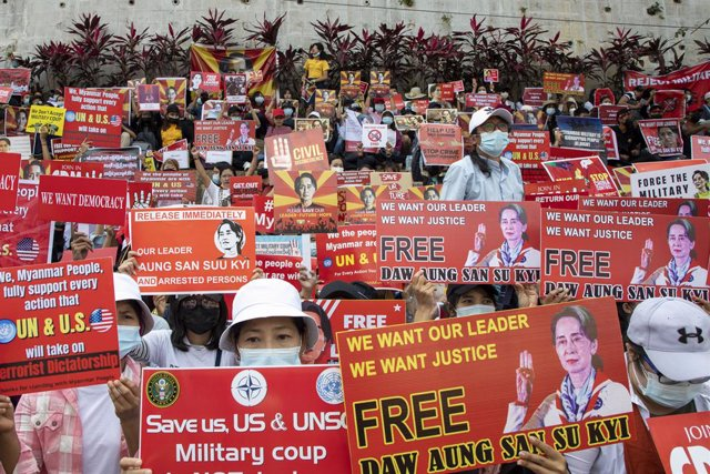 19 February 2021, Myanmar, Yangon: Protesters hold placards in front of American Embassy in Yangon during a protest against the military coup. Photo: Thuya Zaw/ZUMA Wire/dpa