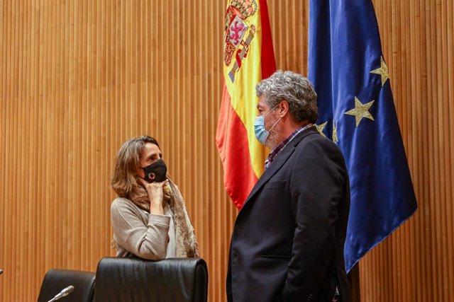 La vicepresidenta cuarta del Gobierno y ministra para la Transición Ecológica y el Reto Demográfico, Teresa Ribera (i), y el presidente y portavoz de la Comisión de Transición Ecológica, Juantxo López de Uralde (d), durante una sesión extraordinaria de es