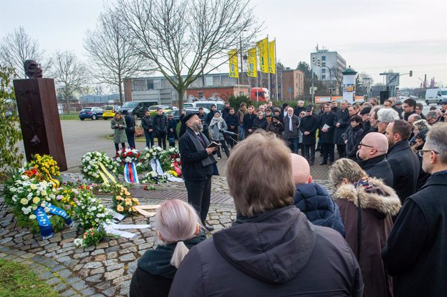 Archivo - 27 January 2020, Magdeburg: Rabbi Motti Waitsmann (L) prays for the victims of National Socialism at the Magda Memorial during the laying of the wreath on the commemoration ceremony of the 75th anniversary of the liberation of the German concent