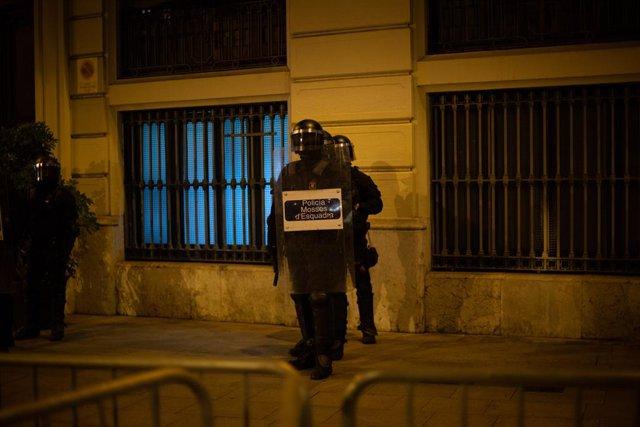 Agents antiavalots dels Mossos d'Esquadra durant la manifestació contra l'empresonament del raper i poeta Pablo Hasel, a Barcelona, a 19 de febrer del 2021.