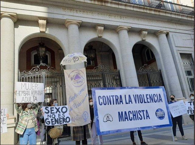 Colectivos feministas se concentran frente al Ministerio de Igualdad