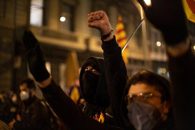 Diverses persones participen en una manifestació contra l'empresonament del raper i poeta Pablo Hasel, a Barcelona, Catalunya (Espanya), a 19 de febrer del 2021