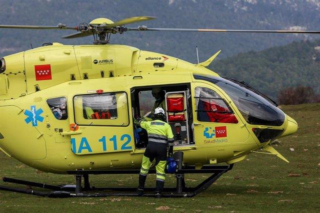 Un trabajador de un helicóptero de emergencias del SUMMA 112.