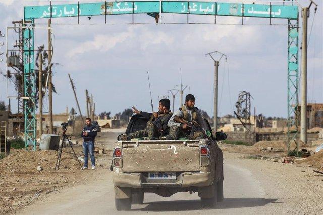 Archivo - Miembros de las FDS cerca de la localidad siria de Baghuz, el que fue el último enclave de Estado Islámico en el norte de Siria