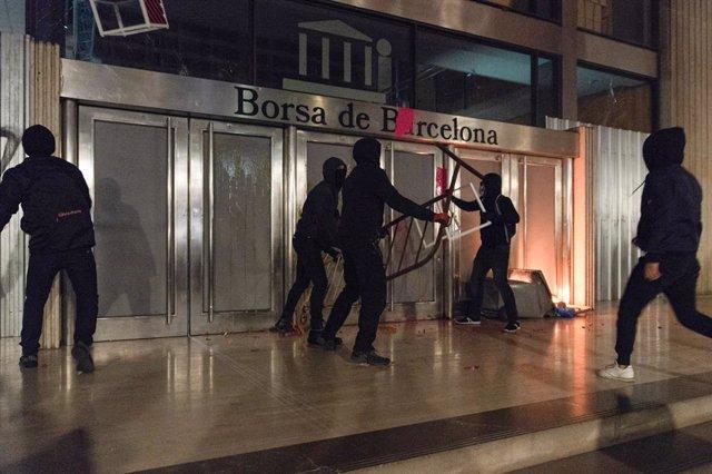 Diverses persones carreguen contra la seu de la Borsa de Barcelona