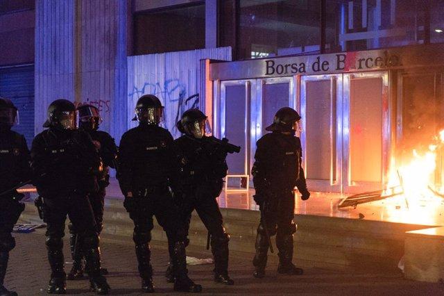Mossos durant els disturbis en la manifestació de Barcelona en suport a Pablo Hasel