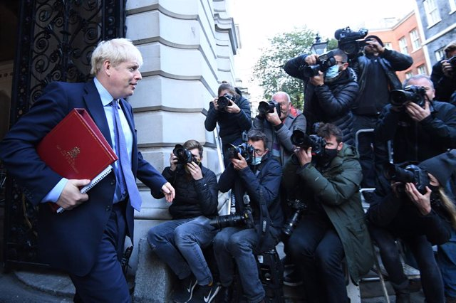 Archivo - 20 October 2020, England, London: UK Prime Minister Boris Johson (L)  leaves after attending a cabinet meeting at the Foreign and Commonwealth Office. Photo: Stefan Rousseau/PA Wire/dpa