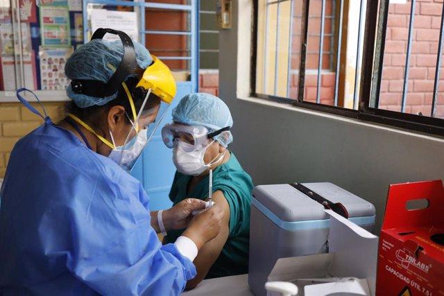 Una trabajadora sanitaria recibe la vacuna Sinopharm en Perú