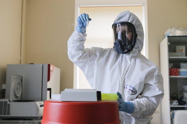 Archivo - Una investigadora trabajando en el laboratorio de la vacuna rusa contra el coronavirus Sputnik V
