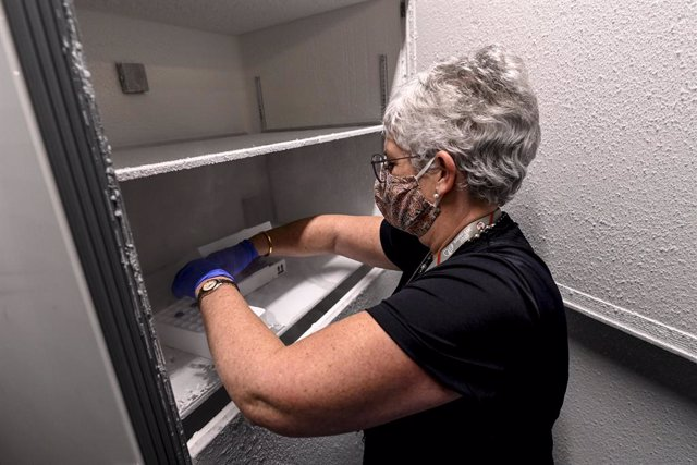 Archivo - 17 December 2020, Belgium, Brussels: A medical personnel takes vaccine doses from an ultra-low temperature freezer during a test run of the coronavirus (COVID-19) vaccine transport from the pharmaceutical company to a vaccination site. Photo: Di