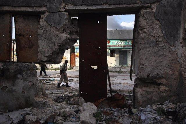Archivo - Un miliciano progubernamental en la capital de Somalia, Mogadiscio