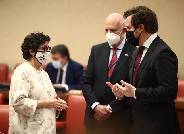 La ministra de Asuntos Exteriores, Arancha González Laya, conversa con el portavoz de Vox en el Congreso, Iván Espinosa de los Monteros